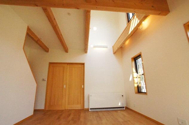 リビングには、大きな吹抜けがあり、吹抜け部に大きな窓を設置しているので、とっても明るい空間に